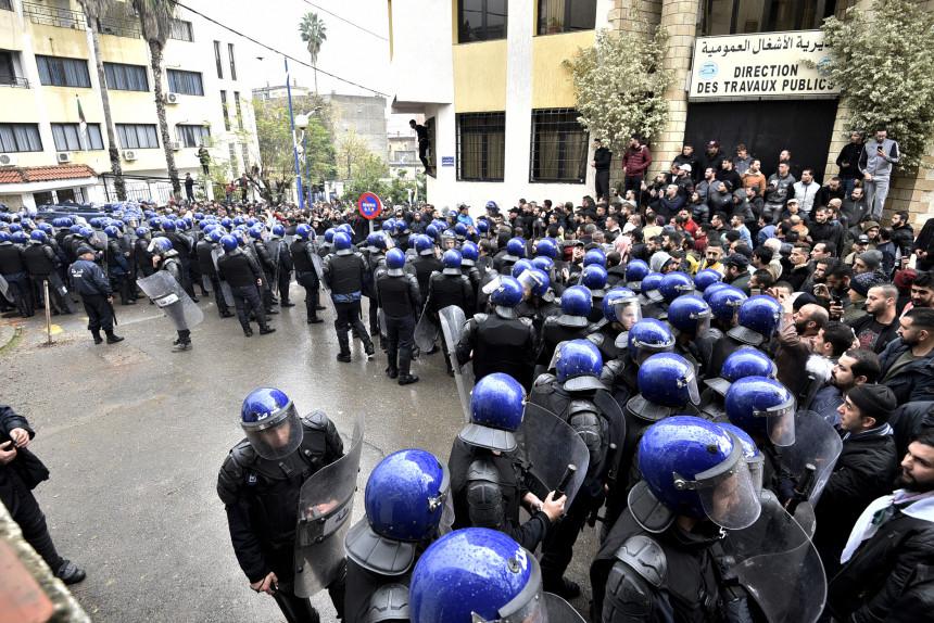 """Algérie: avec le scrutin l'armée veut rétablir un pouvoir civil de """"façade"""" (experts)"""