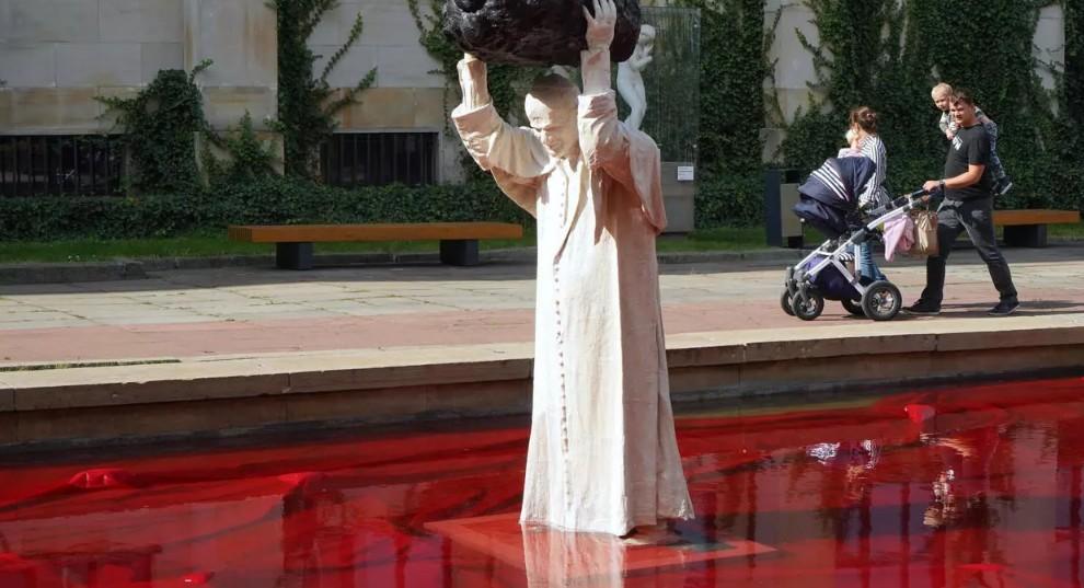 """Un sculpteur polonais crée une statue de Jean Paul II en """"surhomme"""""""