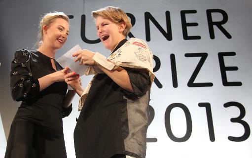 Laure Prouvost reçoit son prix des mains de l'actrice Saoirse Ronan