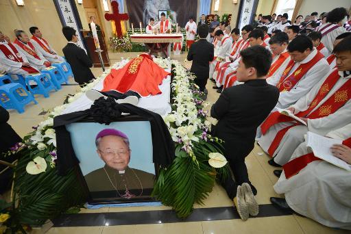 """Des milliers de Chinois aux obsèques de l'évêque """"clandestin"""" de Shanghai"""