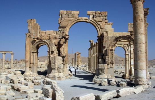 Le groupe Etat islamique a fait exploser l'Arc de triomphe de Palmyre en Syrie qui était considéré comme un bâtiment phare de cette cité antique classé au patrimoine mondial  de l'humanité.