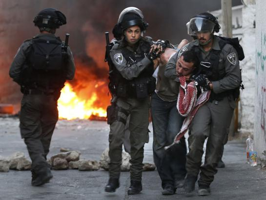 Lundi 5 octobre. Des soldats israéliens arrêtent un Palestinien lors de heurts dans un quartier de Jérusalem est