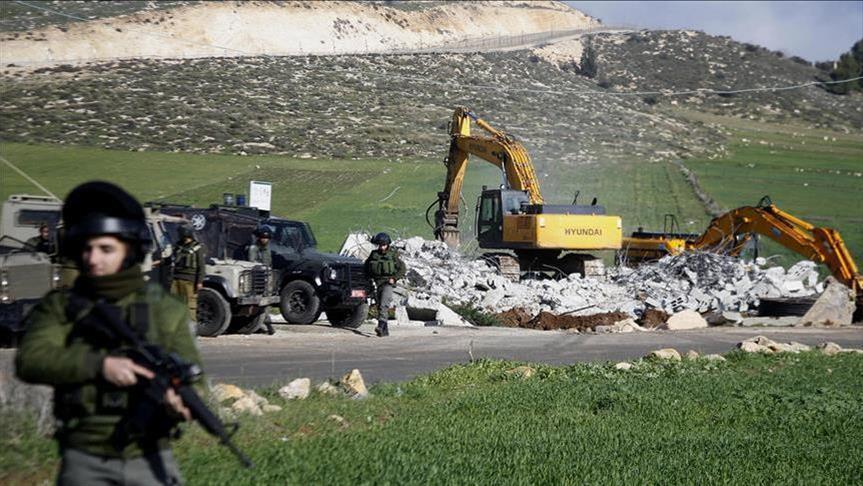 L'armée israélienne perquisitionne le domicile d'un palestinien à Qalqilya (Cisjordanie) en prélude à sa démolition