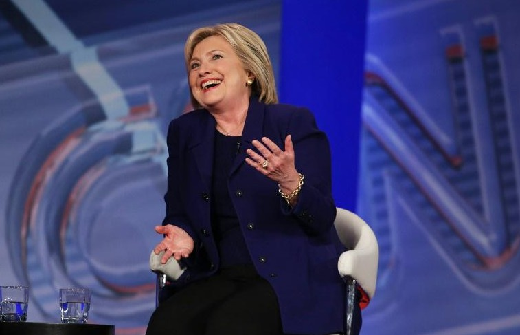 """Primaires américaines: Hillary Clinton tire à elle la couverture """"progressiste"""" de Bernie Sanders"""