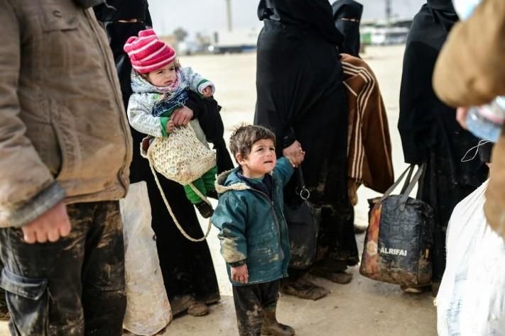 Syrie: des milliers de familles attendent dans le froid de passer en Turquie