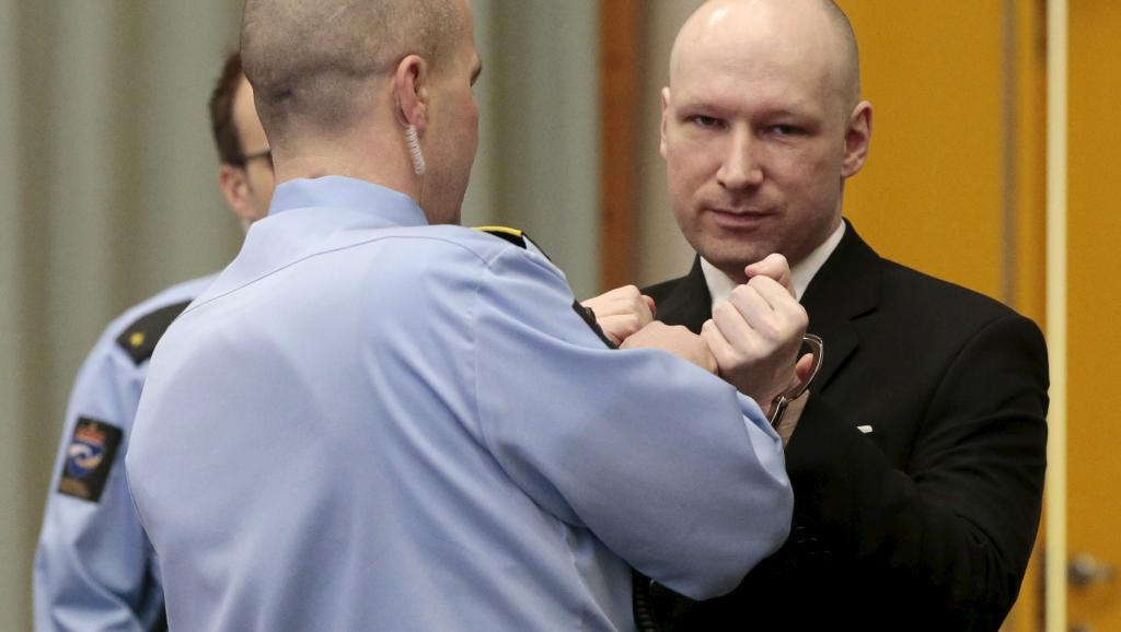 Des policiers retirent les menottes à Anders Behring Breivik, au premier jour de son procès intenté contre l'Etat norvégien, le 15 mars 2016.