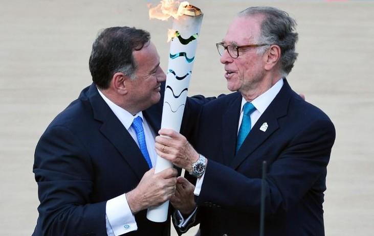 Le patron des Jeux de Rio Carlos Nuzman reçoit la flamme olympique des mains de Spyros Kapralos