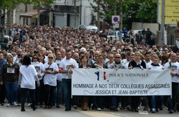 Policier et sa compagne tués: marche blanche de 2500 personnes