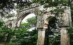 Bab Al Maghariba au Vietnam, trône au milieu de plantations